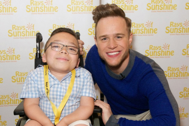 Olly Murs makes with young fan from Leeds